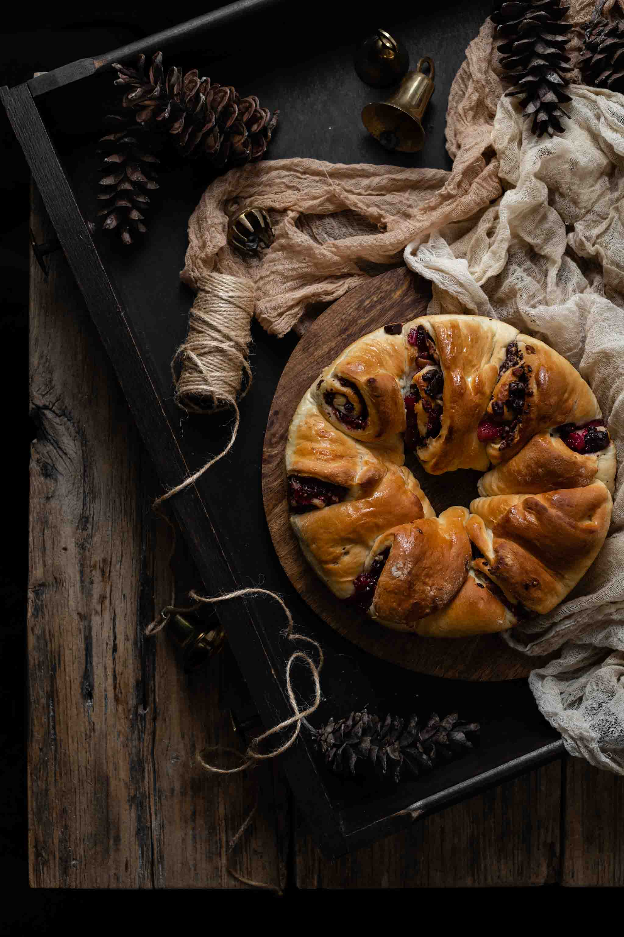 Recipe for bread wreath with blackberry compote and chocolate.