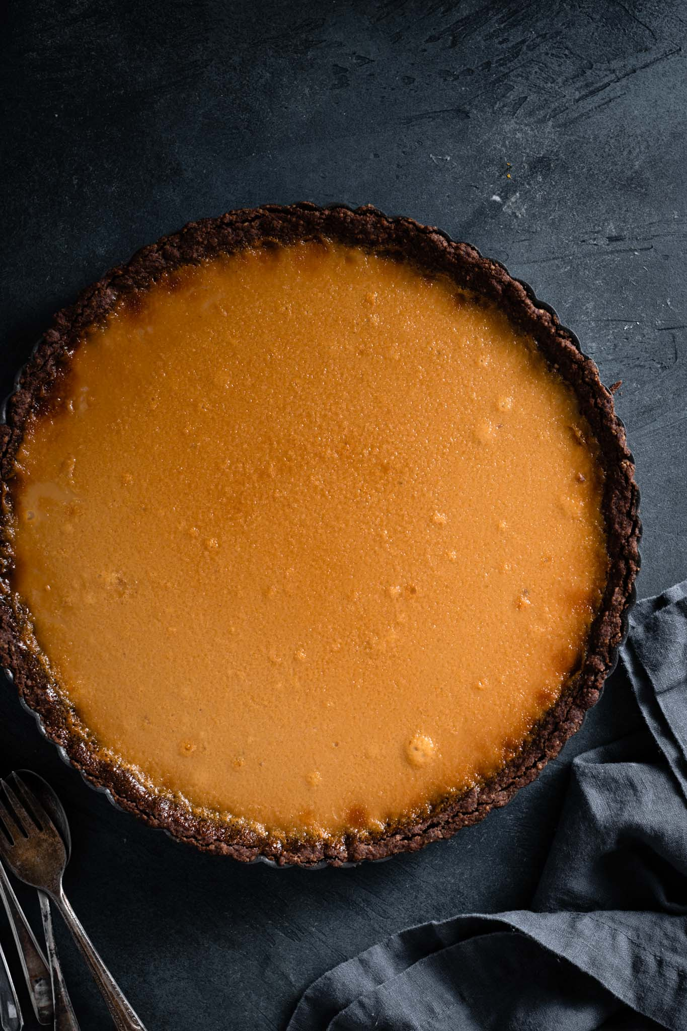 How to make a caramel tart with banana brulee.